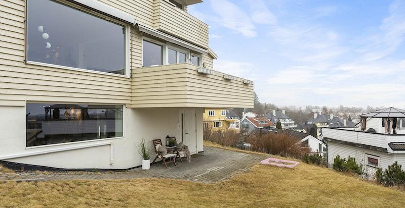 Lys og flott 4-roms. Hyggelig hage - solrikt og med fritt utsyn mot deler av byen!