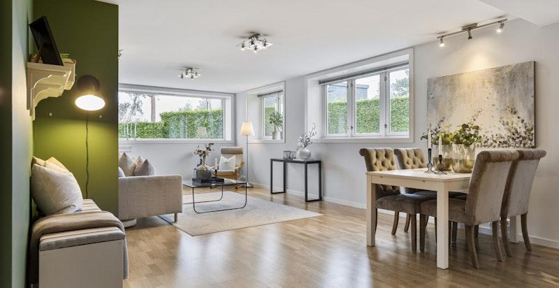 Lys, innbydende og usjenert hjørnestue med god plass til både spisebord og sofagruppe