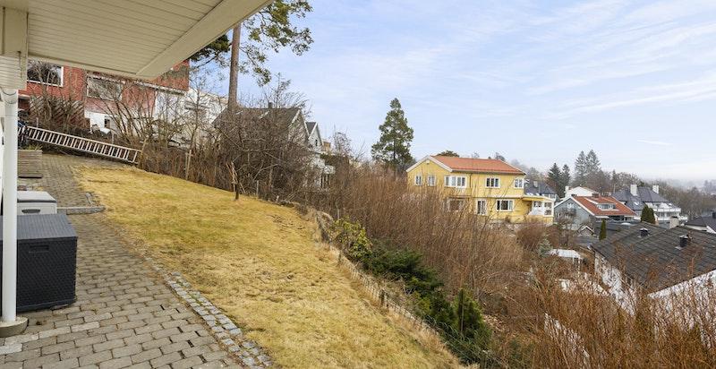 Uteområde - adskillig grønnere og mer idyllisk sommerstid. Div. bærbusker på eiendommen.
