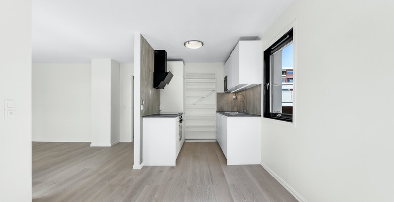 Nytt og flott kjøkken fra Ikea med hvite glatte fronter og grå laminat benkeplate i stilfull kombinasjon.