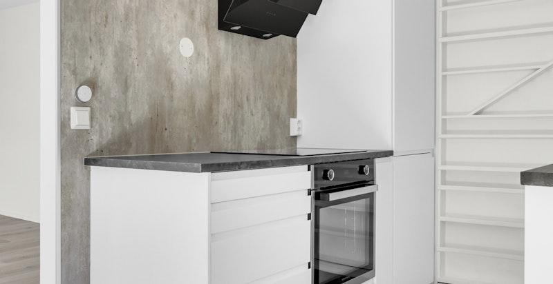 Det er helintegrerte hvitevarer som inkluderer platetopp, stekeovn, mikro, oppvaskmaskin og kjøl/frys.