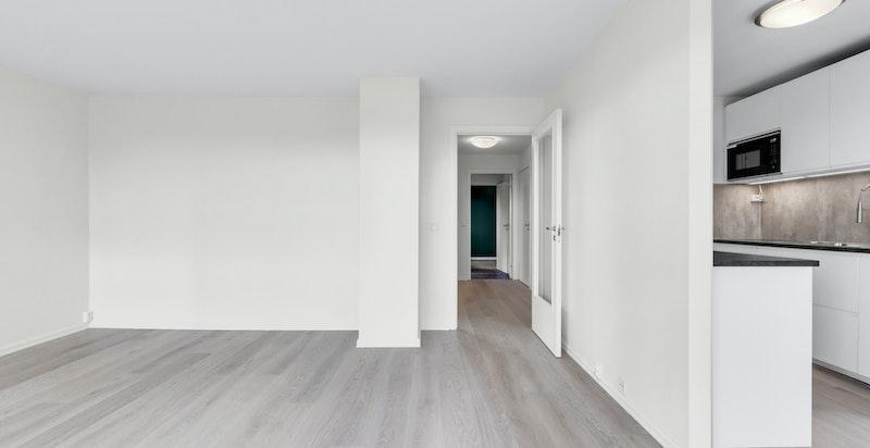 Stuen er romslig med god plass til sofamøblement, tv-møbel og spisestue.