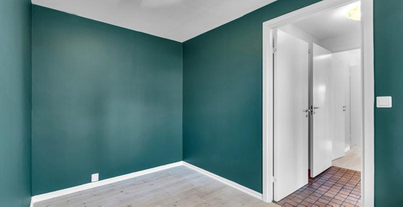Soverom 2 er også på god størrelse med plass til dobbeltseng, garderobeinnredning og kontordel.