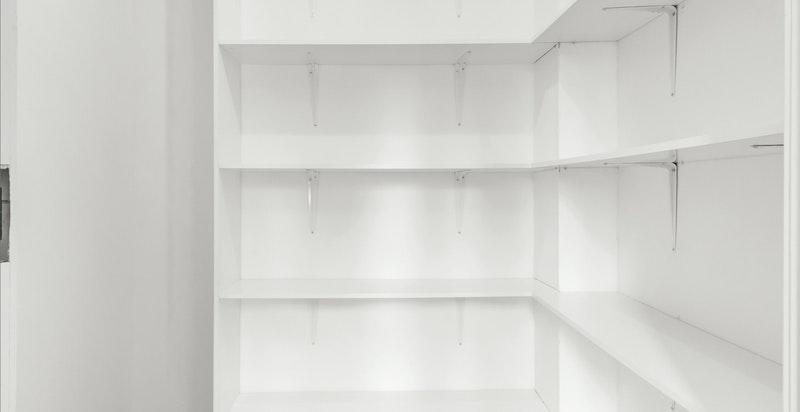 God lagringsplass i innvendig bod/garderoberom.