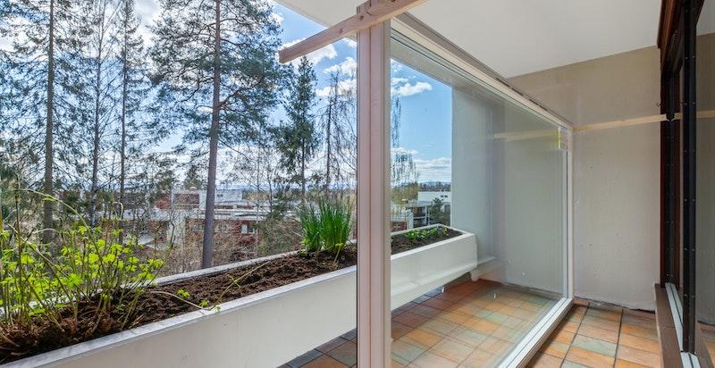 Leiligheten har sydøstvendt terrasse på 7 kvm. Nytt stuevindu vil bli montert.