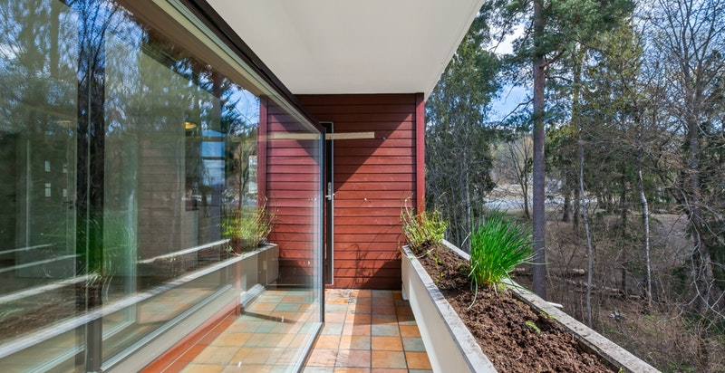 Terrassen har plass til sittegrupper, grill og annet ønsket møblement.