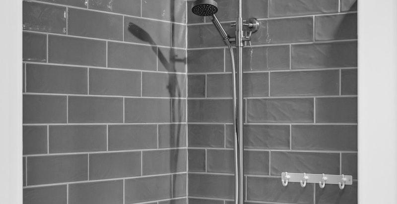 Badekar med dusjbatteri.