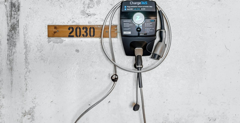 Det følger elbil-lader til garasjeplassen.