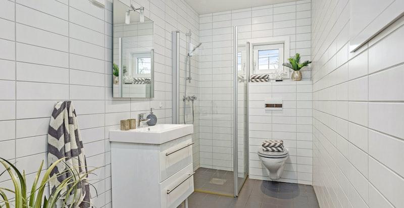 Bad nr 2 har dusj, vegghengt wc og opplegg for vaskemaskin og tørketrommel