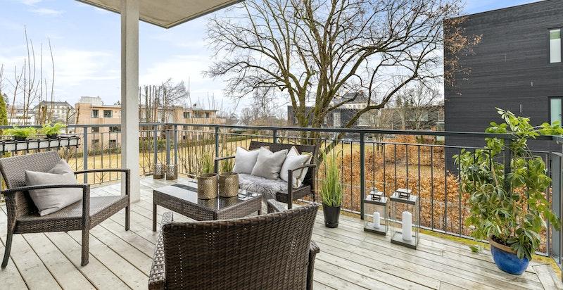 Leiligheten har nydelig grønn utsikt og balkongen er sydvestvendt med takoverbygg