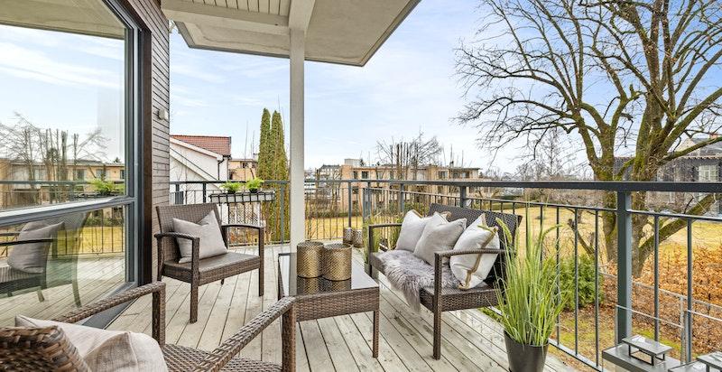 Velkommen til en flott 4- roms endeleilighet med store vindusflater på 3 sider, solrik balkong, 3 soverom og 2 bad.