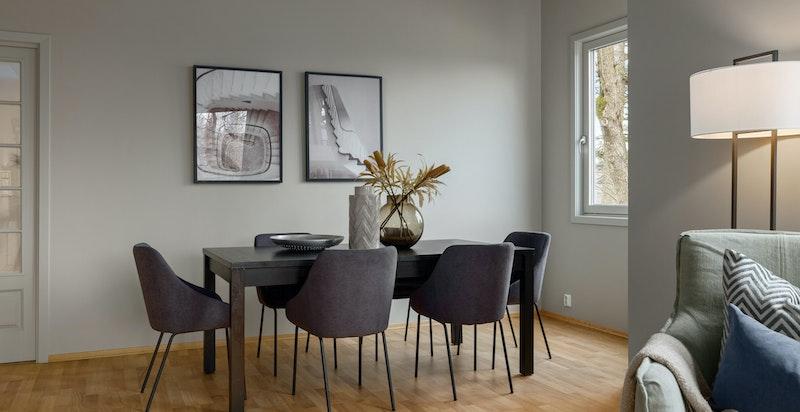 Spisestue vis a vis kjøkkenet med hyggelig vinduskarnapp