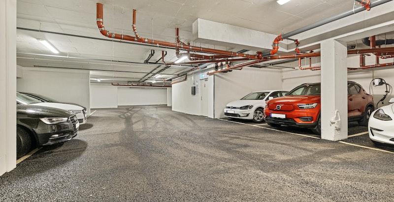 Det medfølger garasjeplass i lukket garasjeanlegg med heisadkomst til leilighet