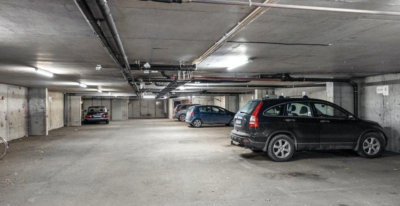 Det er mulig å leie garasjeplass i garasjeanlegget under bygget. Kr. 2000,- pr. mnd.