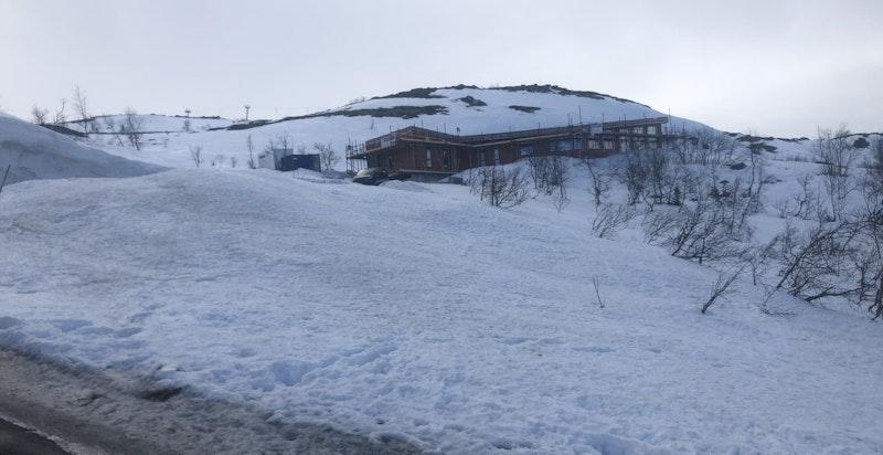 Toreskyrkjavegen 238 sett fra sydøst. Det går alpinbakker på hver side av hyttegrenden og 2 t-krokheiser rett ved samt stolheis litt lenger ned i bakken