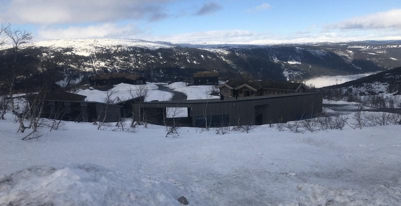 Toreskyrkjavegen 238 sett fra syd for tomten. Panoramautsikt og god avstand til hyttenaboene