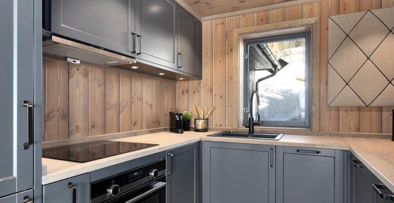 Moderne kjøkken med intefrerte hvitevarer