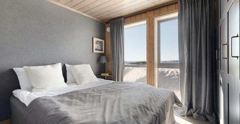 Store flotte soverom med god plass til dobbeltseng på hovedsoverommet.