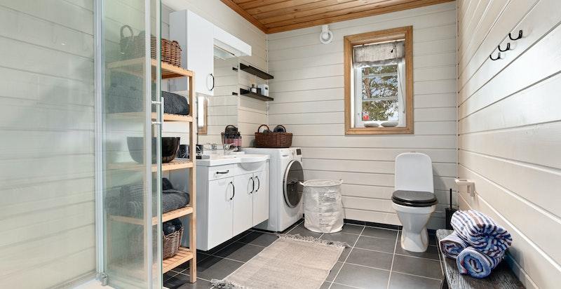 Romslig bad med dusjkabinett og opplegg for vaskemaskin