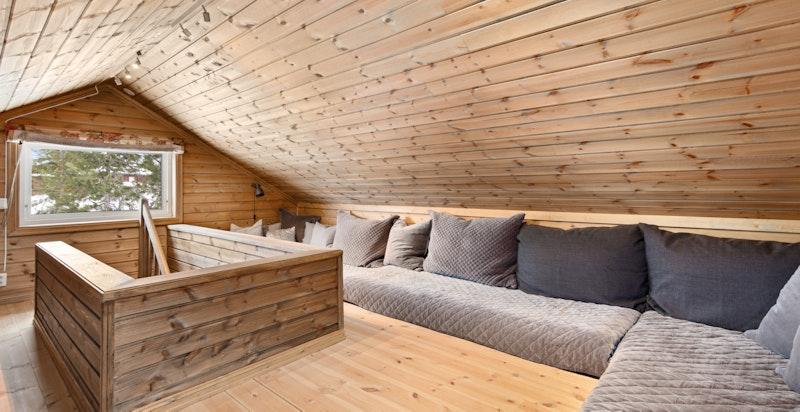 Hemsen er innredet med tre madrasser som også fungerer som ekstra sengeplasser. (Vi gjør oppmerksom på at hemsen ikke godkjent til varig opphold)