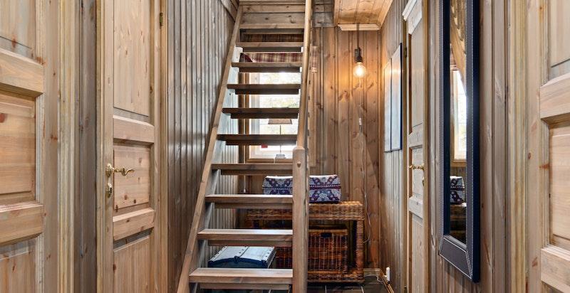 Trapp opp til hemsen fra gangen