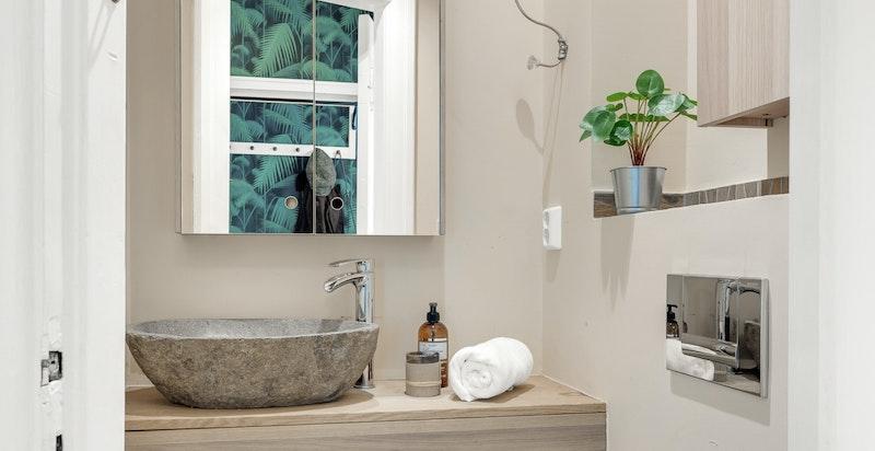 Separat toalettrom med varmekabler i gulv. Toalettrommet inneholder veggmontert wc, naturstein servant med blandebatteri på heltre benkeplate, elektrisk avtrekksvifte. Toalettrommet ble pusset opp i 2015, utført av fagfolk og dokumentasjon kan fremvises