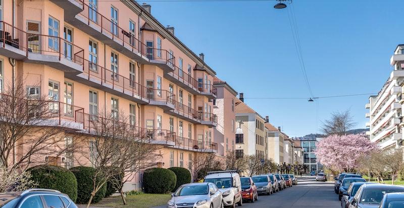 Den delen av Hammerstads gate hvor bygget ligger er meget sjarmerende, med pene grønne forhager på begge sider av gaten. Det er beboerparkering i området, og adressen er tilknyttet ordningen