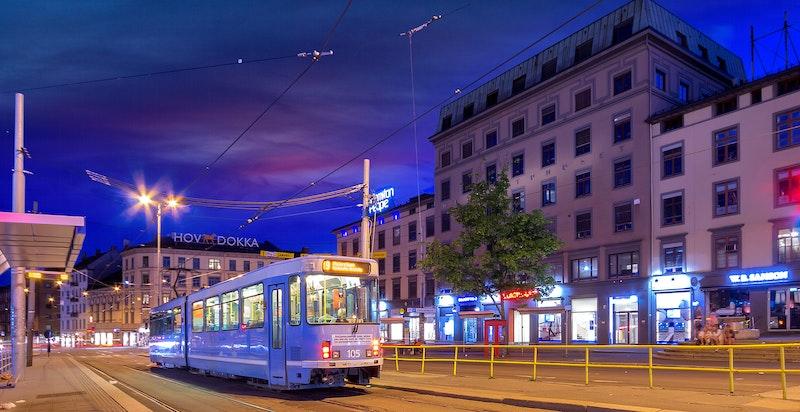 Majorstuen er et knutepunkt for offentlig kommunikasjon, inkludert trikk, T-bane, buss og flybuss