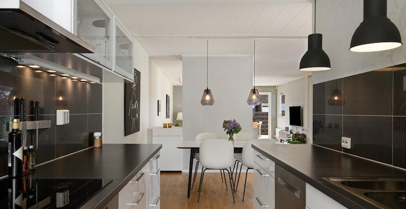 Rosmlig kjøkken med god benkeplass