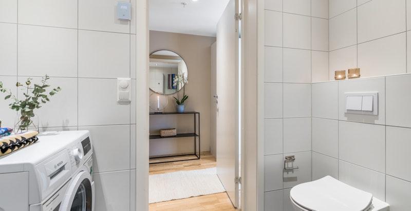 Bad har vegghengt toalett og opplegg til vaskesøyle.