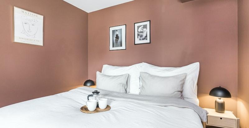 Hyggelig soverom med god plass til dobbeltseng