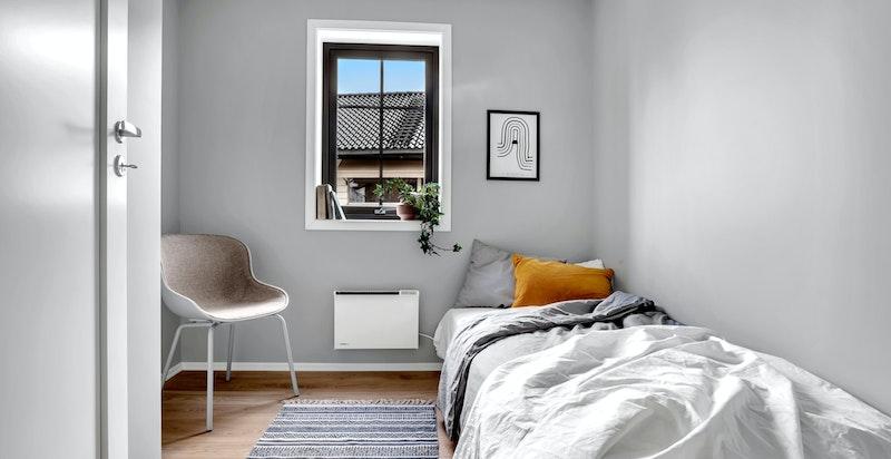 - Soverom 2 med plass til seng, nattbord og øvrig møblement -
