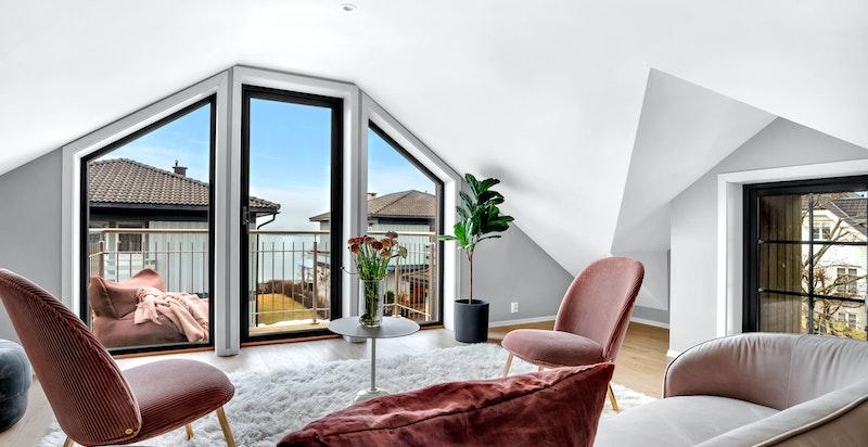 - Store vindusflater som gir godt med naturlig lys -