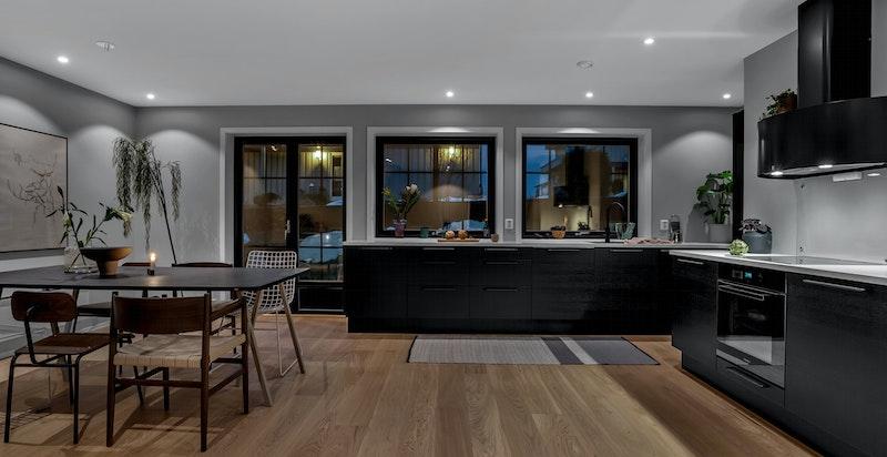 Kjøkkenet er utstyrt med integrerte hvitevarer fra Miele og ventilator fra Røros Hetta -
