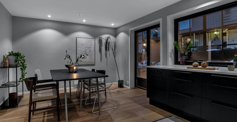 - God plass til stort spisebord med tilhørende stoler i spisestue -
