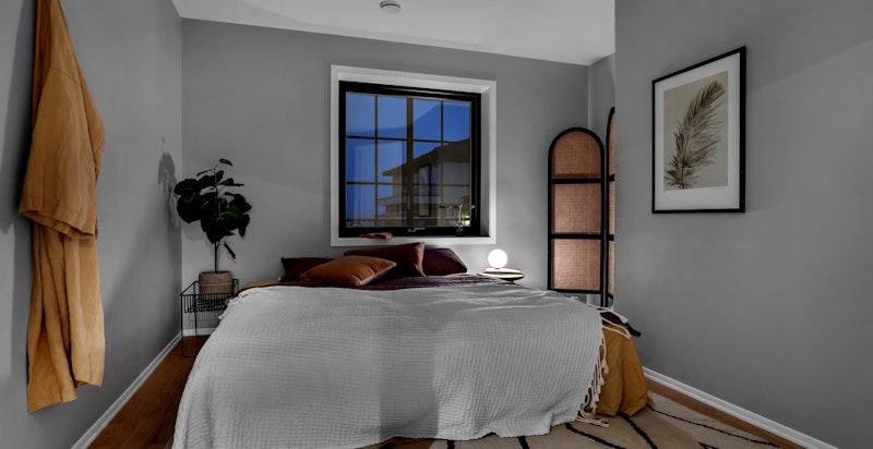 - Plass til dobbeltseng, tilhørende nattbord og garderobeskap -