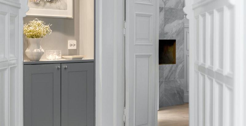 """Mellomgangen har vakre og klassiske detaljer. Hoveddelen har installert """"smart home"""" slik at både varme og lys kan styres via mobilen."""