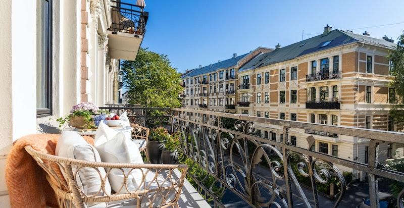 Balkongen har sol både tidlig formiddag og utover ettermiddagen.