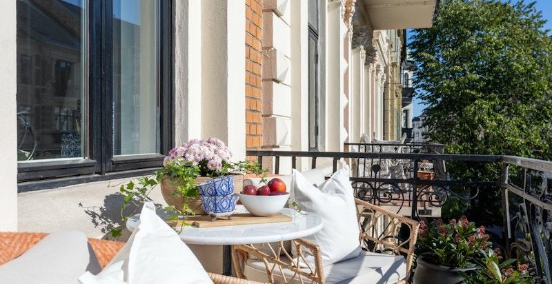 Balkongen har plass til enklere utemøblement, og er et hyggelig sted å nyte frokosten på sommerhalvåret.