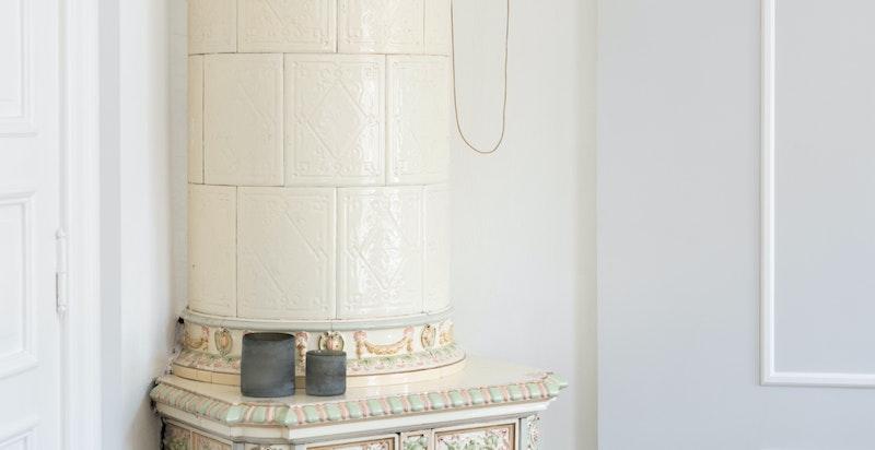 Dagligstuen har en flott svenskeovn - et smykke i rommet som tilfører både sjarm og sjel.
