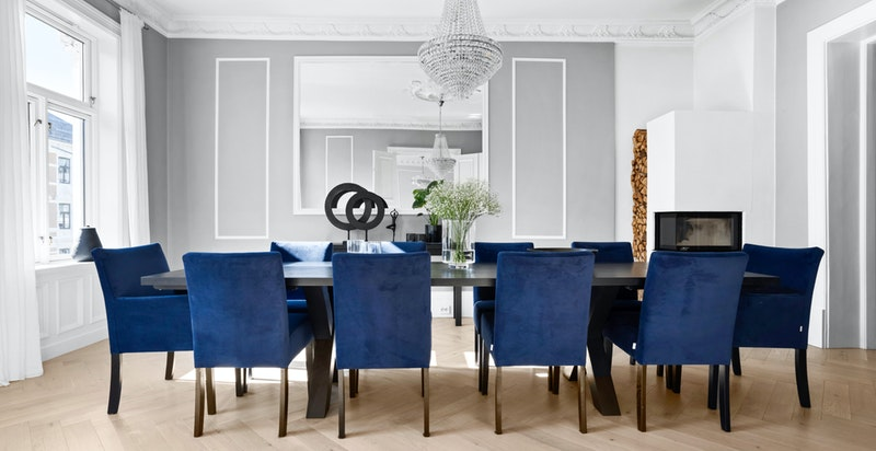 Spisestuen har plass til langbord, og er et hyggelig sted å samle både familie og venner.