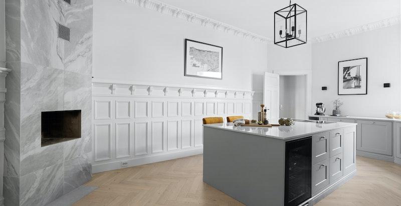 Kjøkkenet er utstyrt med en lekker peisovn som var ny i 2020. Det originale bystningspanelet er behandlet og bevart, og får frem de klassiske detaljene.