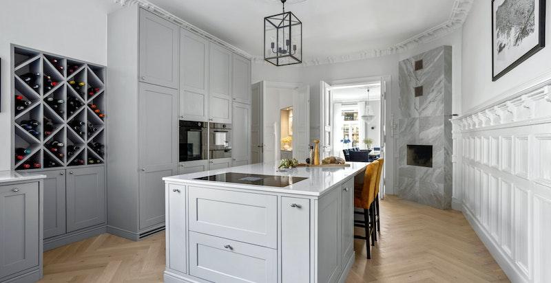 Detaljene i leiligheten er nøye og godt gjennomtenkt, samt utført med god håndverksmessig utførelse.