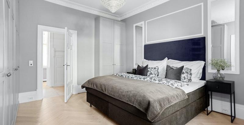 Rommet ligger fint tilbaketrukket fra boligens oppholdsrom, og har god plass til dobbeltseng med tilhørende møblement.