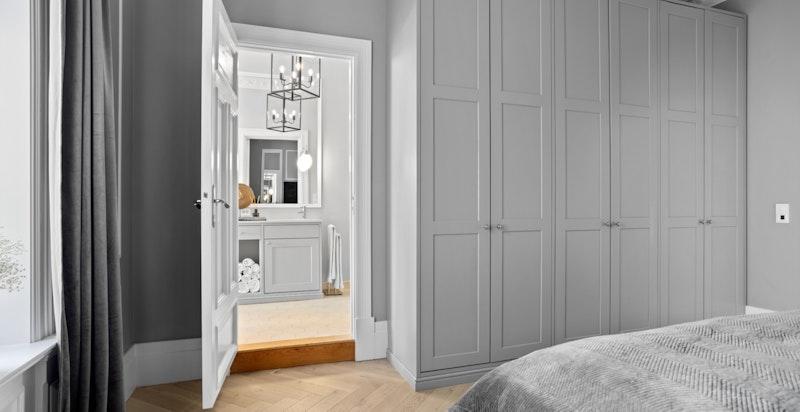 Det er i tillegg god plass til oppbevaring i snekkerbygget garderobe. Fra hovedsoverommet har du direkte tilgang til hovedbadet.