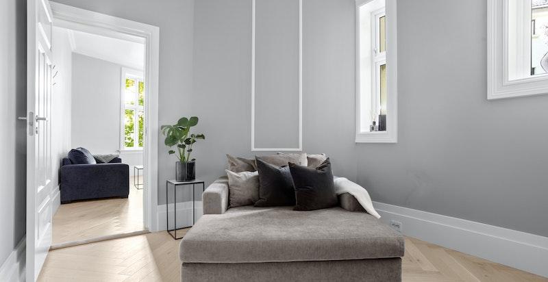 Rommet har god plass til soveromsmøblement, og fungerer også ypperlig som gjesterom, barnerom, kontor eller det man måtte ha behov for.