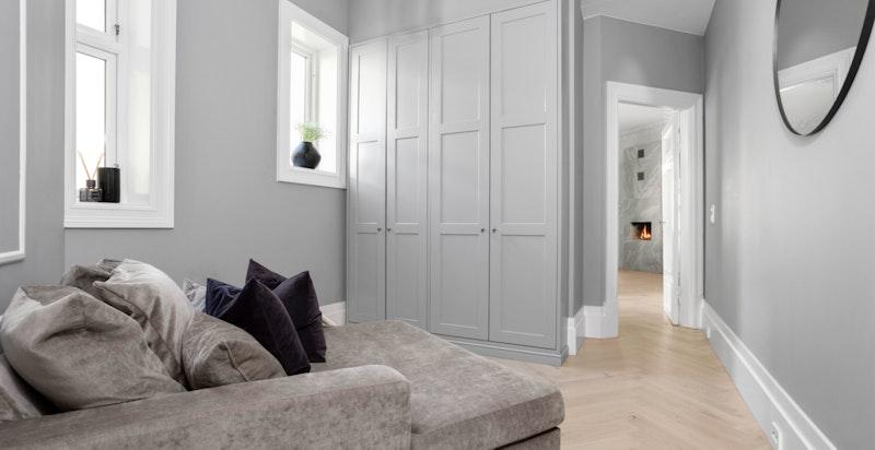 Det andre soverommet ligger med tilgang fra kjøkkenet, fint tilbaketrukket fra det øvrige soverommet. Også her er det praktisk og snekkerbygget garderobeløsning.