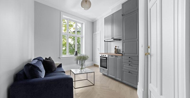 Utleiedelen kan benyttes og brukes etter behov, og er innredet med tidløst kjøkken i åpen løsning mot stuen.