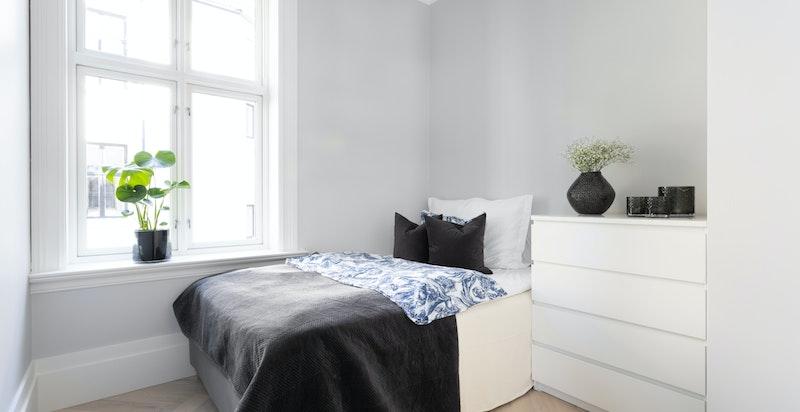 Utleiedelen har lyst og romslig soverom med god plass til seng og garderobe, samt øvrig innredning.
