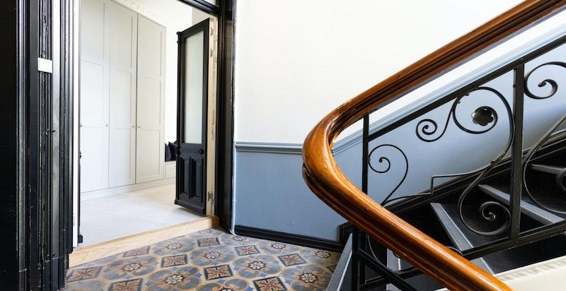 Oppgangen er godt vedlikeholdt og svært representativ. Det er i tillegg svært praktisk med doble dører inn til leiligheten.